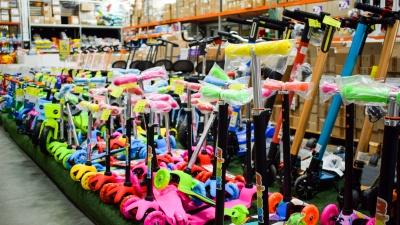 «Купили сразу и бассейн, и велосипеды»: в уральском гипермаркете игрушек устроили большую распродажу