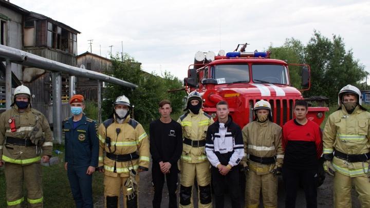 Сотрудники МЧС нашли подростков-героев, которые спасли из пожара 6-месячного мальчика