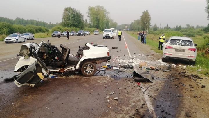 Под Каменском-Уральским столкнулись две машины. Водитель погиб, его 10-летний пассажир в реанимации