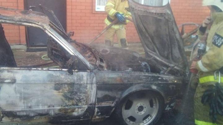 В Курганинске сгорела BMW во дворе частного дома, пока хозяин спал