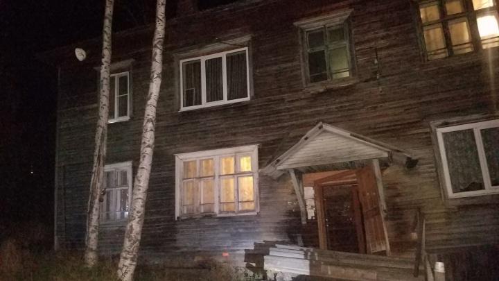 Обрушилась печь и запахло газом: в Архангельске сошел со свай деревянный жилой дом