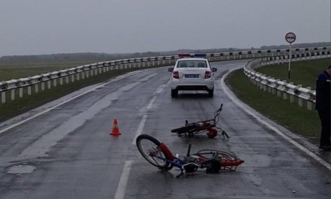 На дороге в НСО столкнулись два мопеда — один водитель погиб