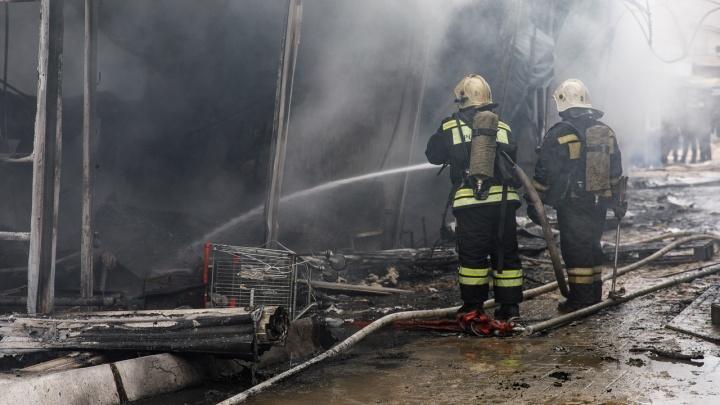 «Смотрю на огонь и думаю, куда устраиваться на работу»: торговцы рассказали, как горел Качинский рынок