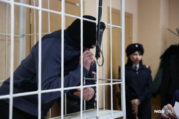Рустам Фатуллаев на заседаниях всегда пытался скрыть лицо от журналистов