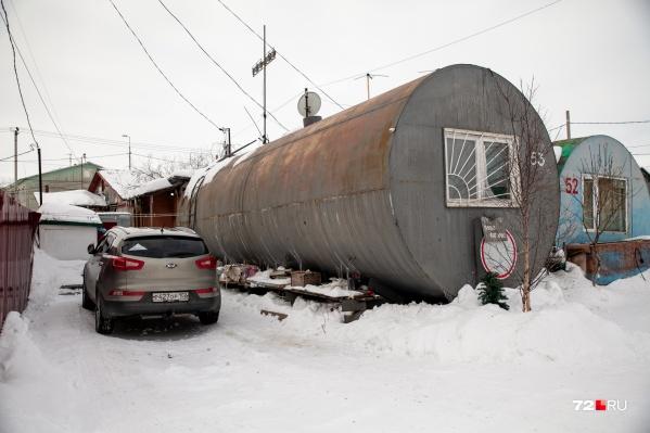 Около ржавеющей бочки стоит иномарка стоимостью более миллиона рублей. Как вам такой контраст?