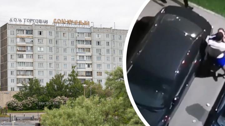 Красноярец в разгар ссоры головой своей девушки разбил стекло автомобиля