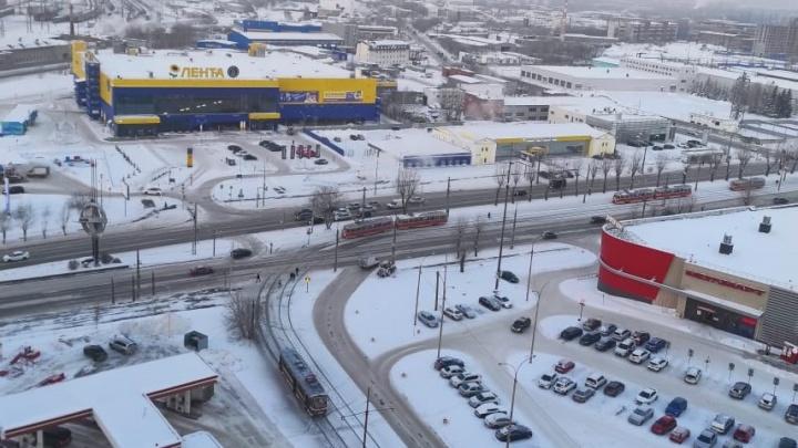 «Пассажиров высаживают на морозе»: на Космонавтов встали трамваи