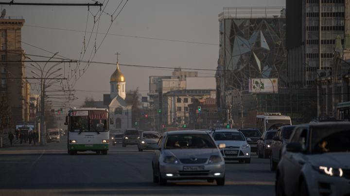 «В планах перейти на шампунь»: четыре дороги Новосибирска полили пылеподавляющей жидкостью