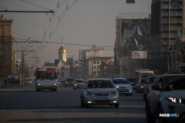 """С улиц Новосибирска, как уточняют в мэрии, уже вывезли <nobr class=""""_"""">9 тысяч</nobr> тонн грязи, но вот дышать в городе не стало <nobr class=""""_"""">легче —</nobr> сегодня качество воздуха вновь ухудшилось"""