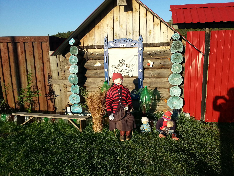 Вот так необычно украсили придомовое пространство соседи Светланы в деревне. Нам очень нравится, а вам?