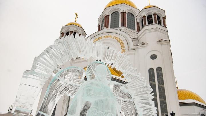 «Холодные по температуре, но теплые по духу»: репортаж с рождественского фестиваля скульптур