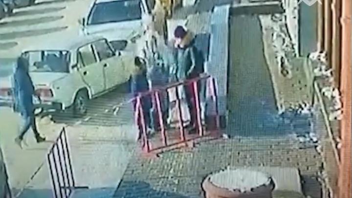 Обрушение льда на 8-летнюю омичку и ее мать попало на видео