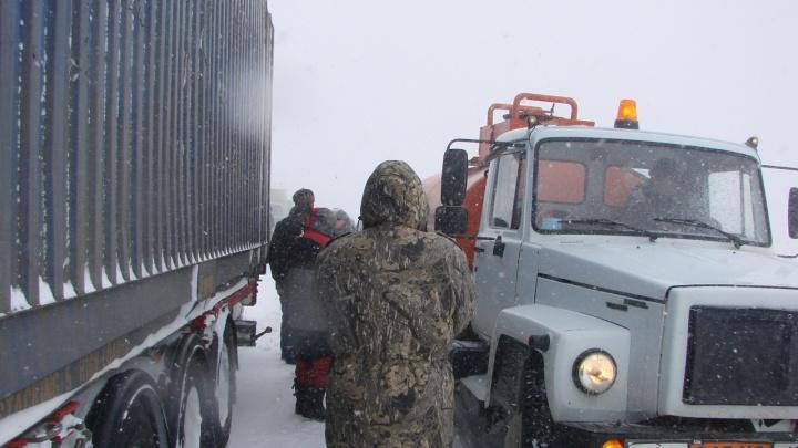 Третью Продольную в Волгограде парализовали буксующие грузовики