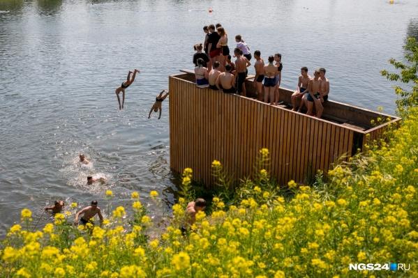 Водоем у вантового моста популярен у купальщиков, несмотря на запрещающие знаки