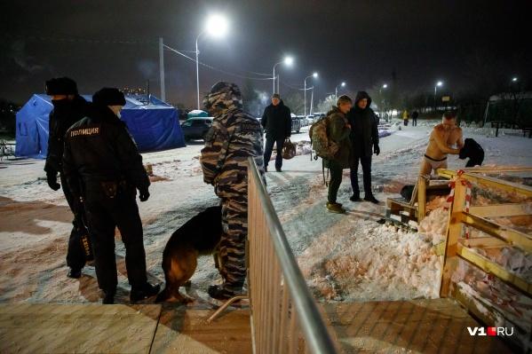 Порядок и покой у купелей обеспечивают около 500 полицейских и дружинников