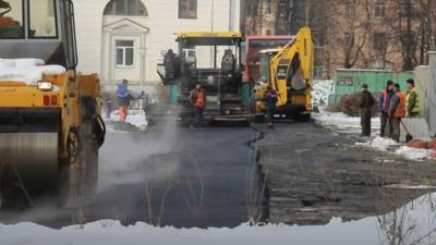 «Разве можно укладывать асфальт в лужи?!»: депутата из Северодвинска возмутил поздний ремонт дорог