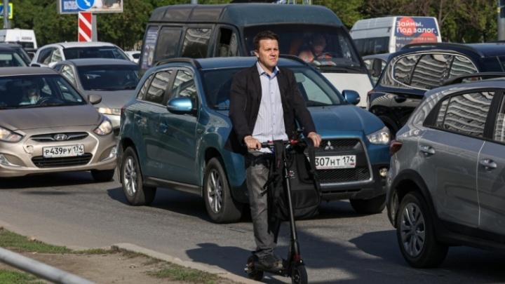 Регионы России ищут способы обуздать самокатчиков. Как у них это получается