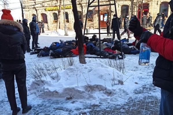 Так выглядело задержание челябинцев на улице Кирова, когда митингующие дошагали от памятника Курчатову до центра города