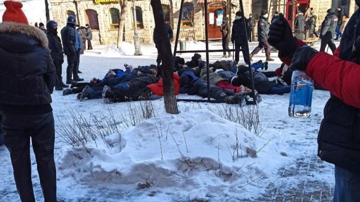 В Челябинске при разгоне протестующих пострадала пожилая женщина, на Кировке молодежь уложили лицом на землю