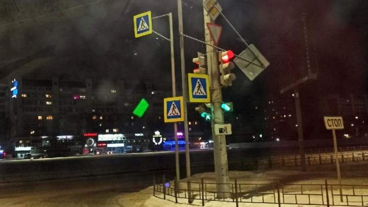 Сорванные знаки и сломанные остановки: последствия вчерашнего штормового ветра в Омске