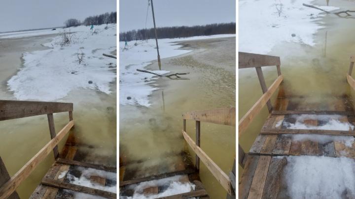 Весенний экстрим: смотрите, как жители Кегострова добираются в Архангельск, когда затопило переправу