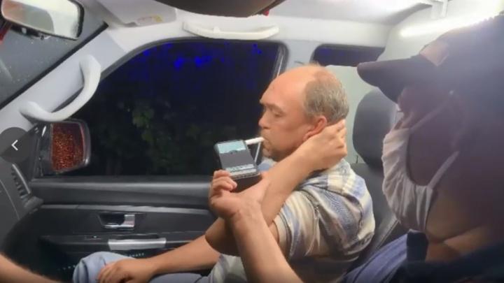 На Урале водитель не поверил алкотестеру ГИБДД и поехал к медикам. Но получилось еще хуже