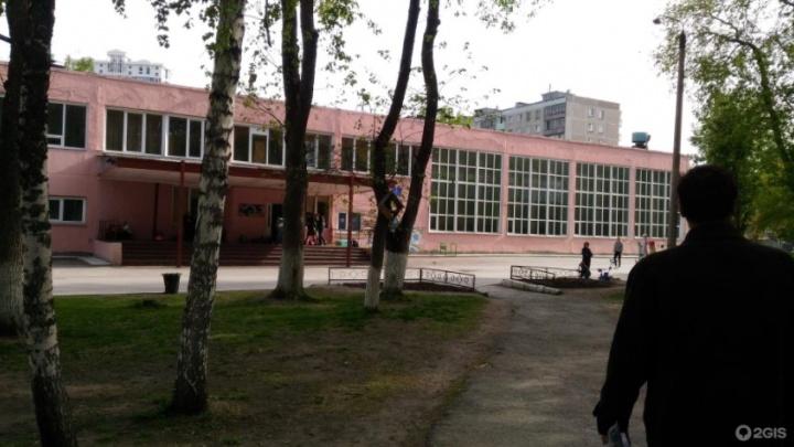 В новосибирскую школу приехала полиция из-за сообщения о стрельбе