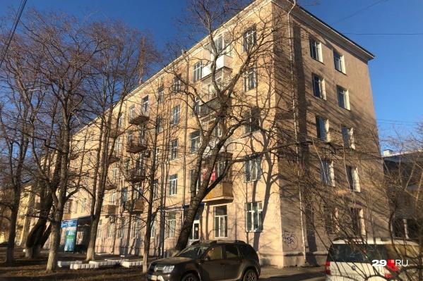 Информация о возможной угрозе не подтвердилась. Это обычный жилой дом, в нем также находятся офис «Единой России» и детская поликлиника