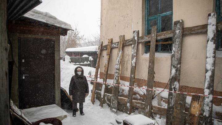 Опасное соседство: частный дом в Новосибирске оказался в зоне разрушения аварийного здания— как там живут люди