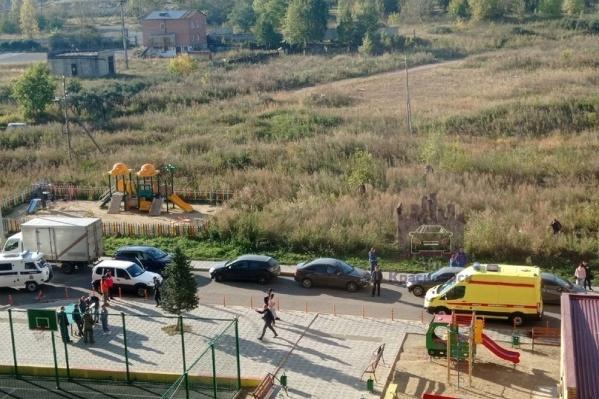 Парня зарезали у детской площадки