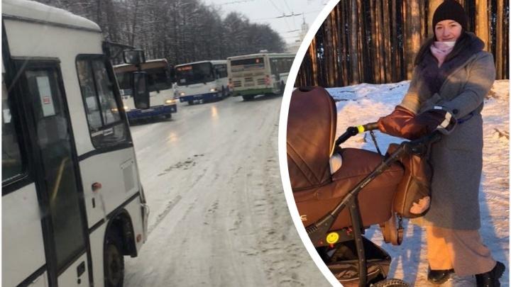 «Ему кричал весь салон»: водитель автобуса защемил в дверях маму с коляской
