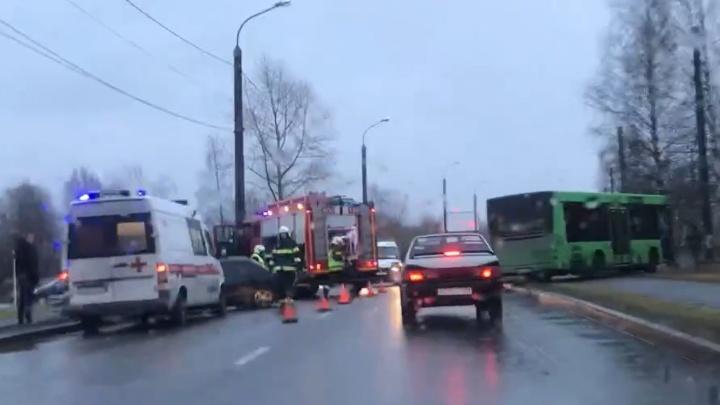 На Ленинградском проспекте столкнулись автобус и легковушка — есть пострадавшие