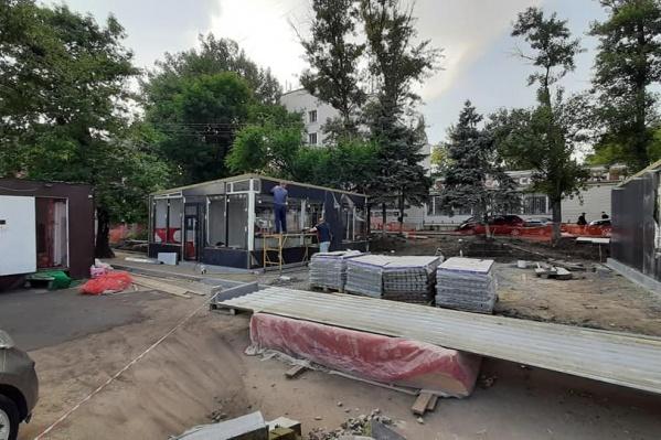 По словам Вязникова, ради этих павильонов срубили несколько елей
