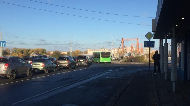 Авария на Кузнечевском мосту с участием двух иномарок спровоцировала пробку