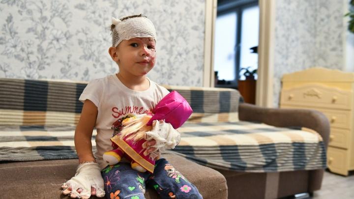 «Не понимает, что родители погибли». История трехлетней Алены из Екатеринбурга, выжившей в кошмарном ДТП