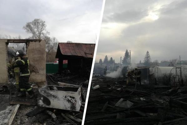 Очевидцы сообщили, что огонь с сухой травы перекидывался на деревянные дачные постройки — меньше чем за сутки поступило больше 200 таких сообщений