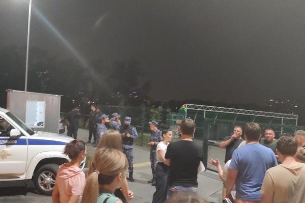 Вечером 19 августа на парковке собрались местные жители и попытались выгнать парковщиков с помощью полиции