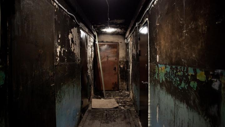 Три месяца после пожара тюменцы живут в обгоревшей многоэтажке. УК будет судиться с виновником
