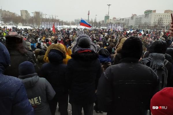По официальным данным, на площади у Театра-Театра собралось 2300 человек