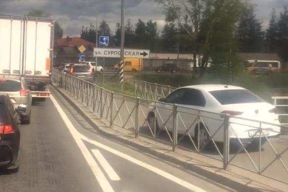 Архангелогородец заснял, как машины прямо по тротуару объезжают пробку на Северодвинском мосту