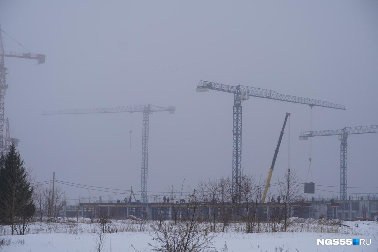 Масштаб стройки можно оценить издалека. На площадке установлены 6 кранов. В утреннем тумане их почти не видно, но по ночам они подсвечиваются