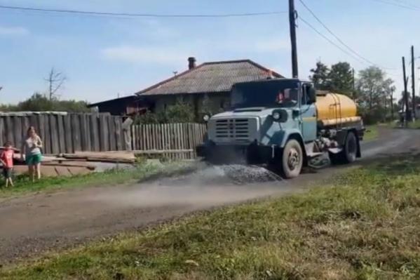 Жители Серова вышли посмотреть на поливальную машину как на чудо