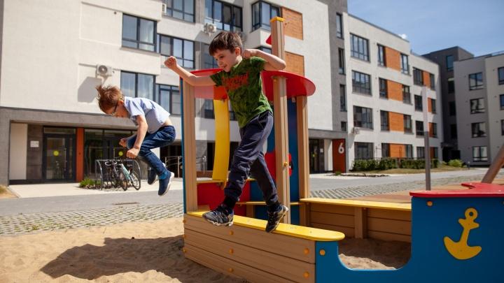 Два маленьких брата «взбодрили» «Ожогино»: ребята проверили на прочность детские площадки знаменитого ЖК