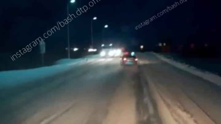 Сотрудники ГИБДД Башкирии ехали на ДТП, но сами угодили в кювет. Момент попал на видео