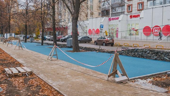 Резиновое покрытие вместо газонов и новые деревья: показываем, как ремонтируют сквер на улице Сибирской