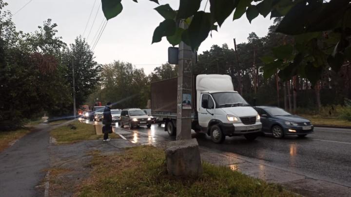 На въезде в Екатеринбург из-за ДТП с автобусом образовалась километровая пробка