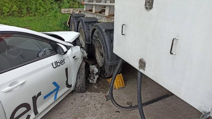 В Новосибирске такси влетело в автоцистерну с пропаном возле заправки