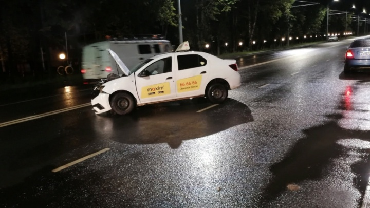 В Ярославле в ДТП пострадали водитель и пассажирка такси