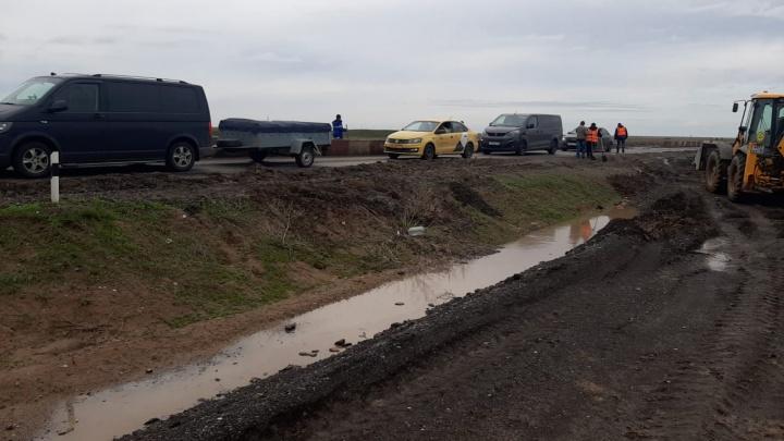 Его там вообще не должно было быть: дорожники ликвидировали пробку на трассе Волгоград — Астрахань