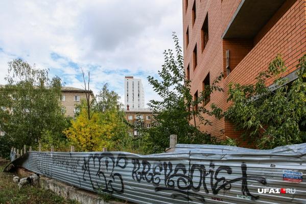 Власти обещали огородить опасное здание забором